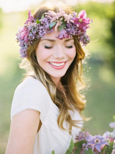 Corona de flores silvestres, novia guapa.