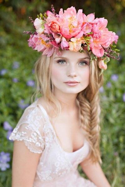 Novia guapísima con corona de flores espectacular con trenza