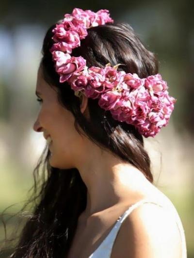 Novia con corona de flores rosas silvestres