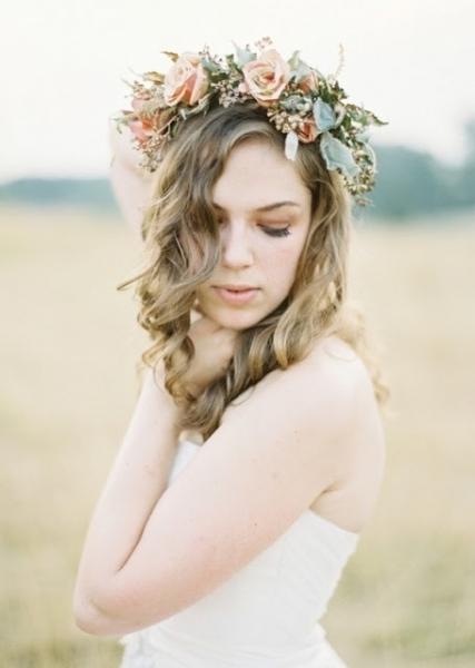 Corona de flores con rosas estilo rústico, mujer guapa.